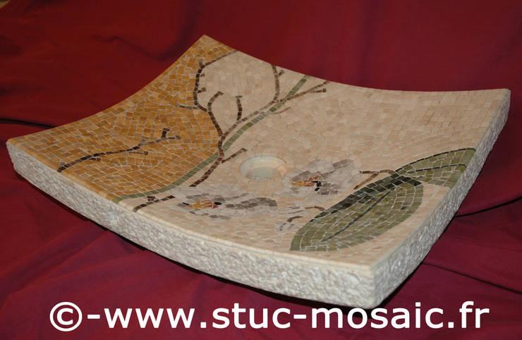 Vasque ou lave-main, lavabo en pierre naturelle et mosaique: Salle de bain de style  par Stuc Mosaic