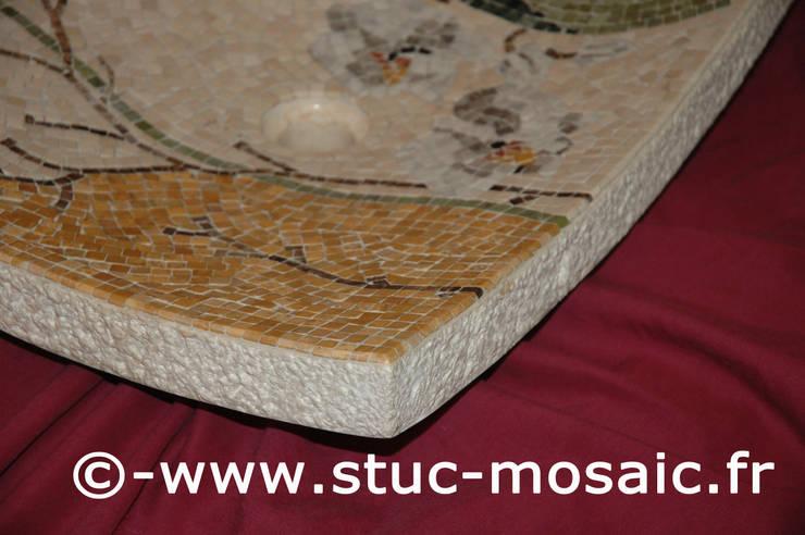 Vasque en marbre contemporaine: Salle de bain de style  par Stuc Mosaic