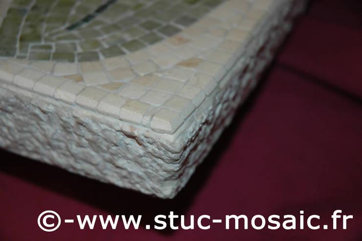 vasque en marbre avec mosaique sur-mesure: Salle de bain de style  par Stuc Mosaic