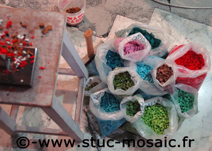 mosaique de smalts venitiens: Restaurants de style  par Stuc Mosaic