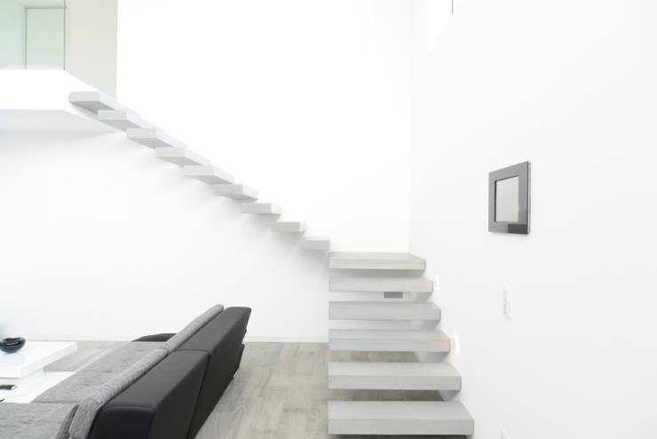moderne Gang, hal & trappenhuis door betondesign-factory