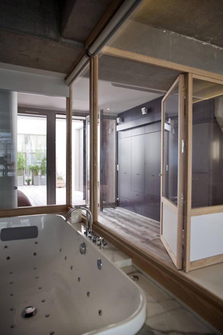 Loft LK, Paris: Salle de bains de style  par Olivier Chabaud Archtct