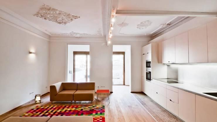 Salón y cocina: Salones de estilo  de Diseño y Comunicación Online