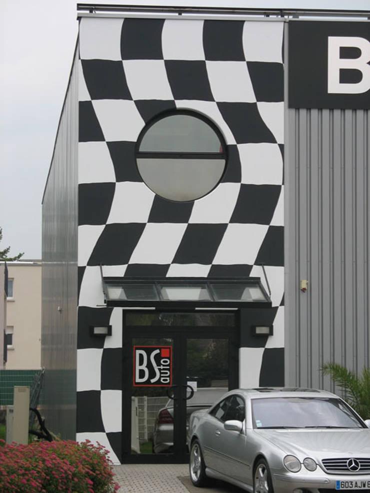Facade peinte pour la promotion d'un garage:  de style  par THIERRY HERR