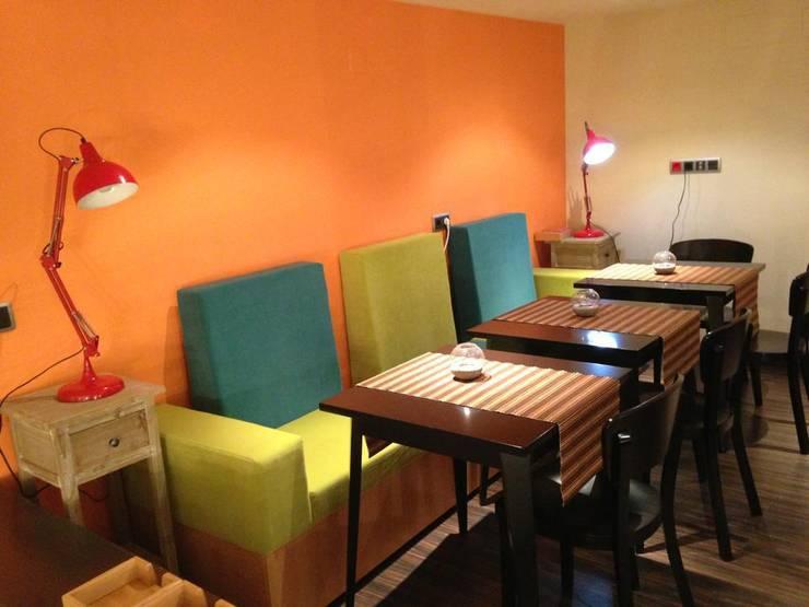 Sofa fabricado a medida: Salones de estilo  de Marley Tapizados