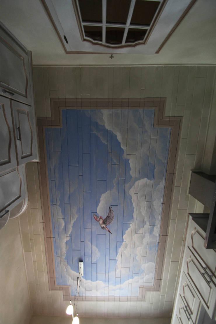 Plafond peint en trompe-l'oeil:  de style  par THIERRY HERR
