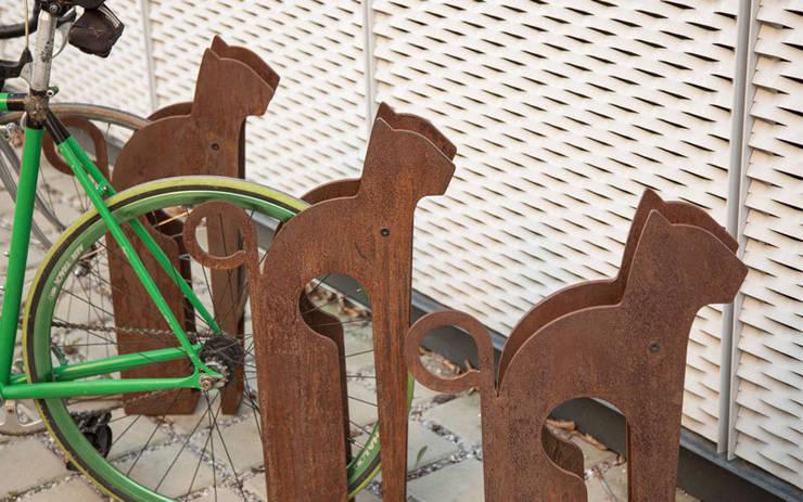Mici...il porta bici: Giardino in stile  di REALIZZATORI DI IDEE,