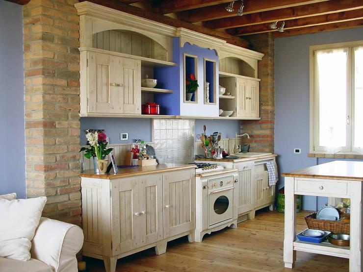 cucina in stile country: Cucina in stile  di REALIZZATORI DI IDEE