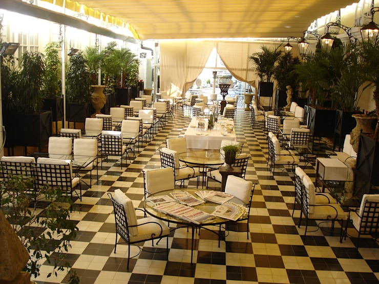 Hotel Ritz: Hoteles de estilo  de CONILLAS - exteriors