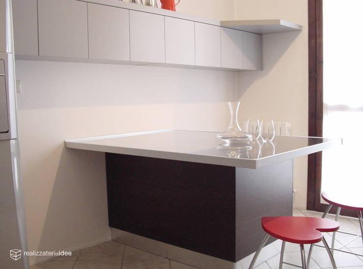 Cozinhas modernas por REALIZZATORI DI IDEE