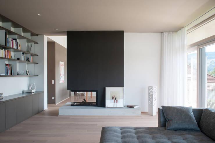 Haus G.: moderne Wohnzimmer von junger_beer architektur zt-gmbh
