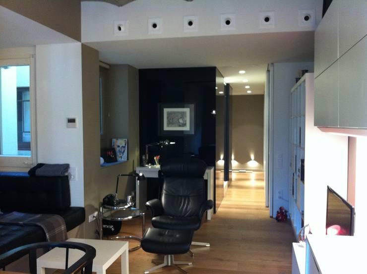 SALON - VIVENDA EIXAMPLE de LLOBET interiors: Salones de estilo moderno de LLOBET interiors