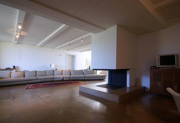 Villa Deli Ulivi:  in stile  di Rocco Valentini Architecture