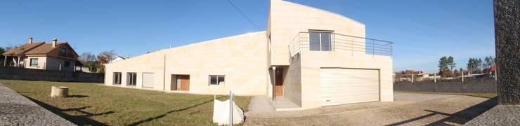 Vivienda unifamiliar en Tomiño, Pontevedra (Spain): Casas de estilo  de HUGA ARQUITECTOS