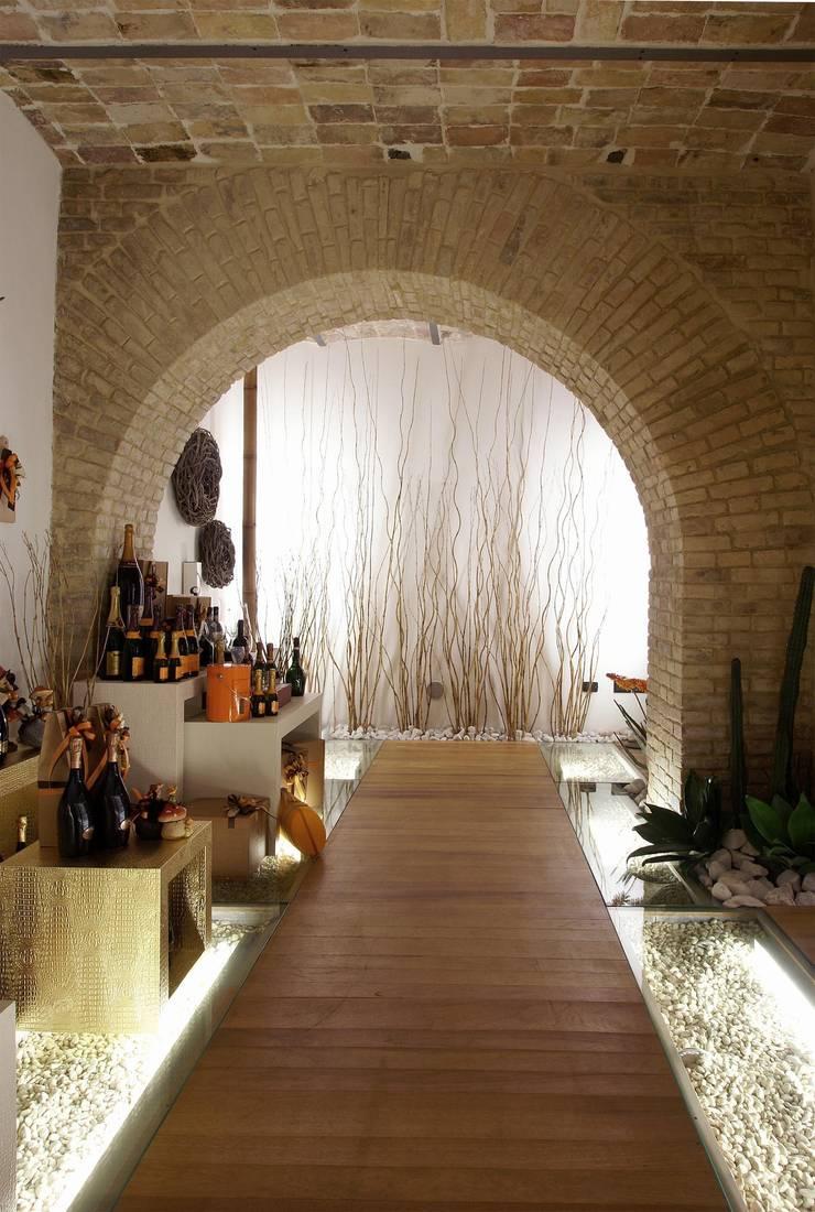 ENOTECA NON SOLO VINO : Gastronomia in stile  di Rocco Valentini Architecture, Eclettico