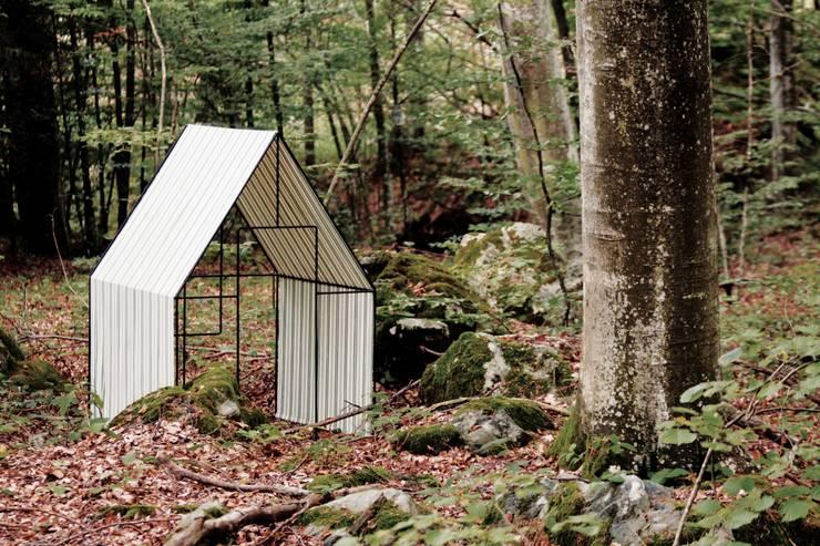 La Petite Cabane Jardin:  in stile  di Officina82