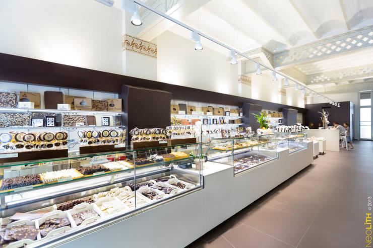 NEOLITH: Integración y Versatilidad en edificio Gaudí:  de estilo  de NEOLITH by TheSize