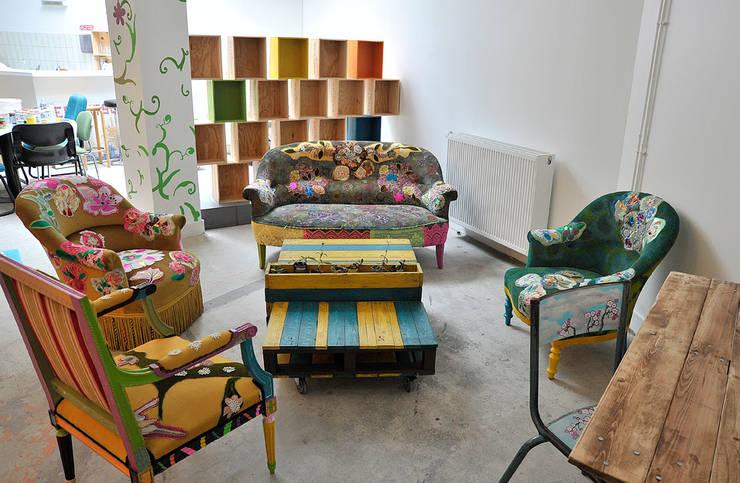 Espace Arty à la Maison de la Nature: Salon de style de style eclectique par ATELIER D'éco SOLIDAIRE
