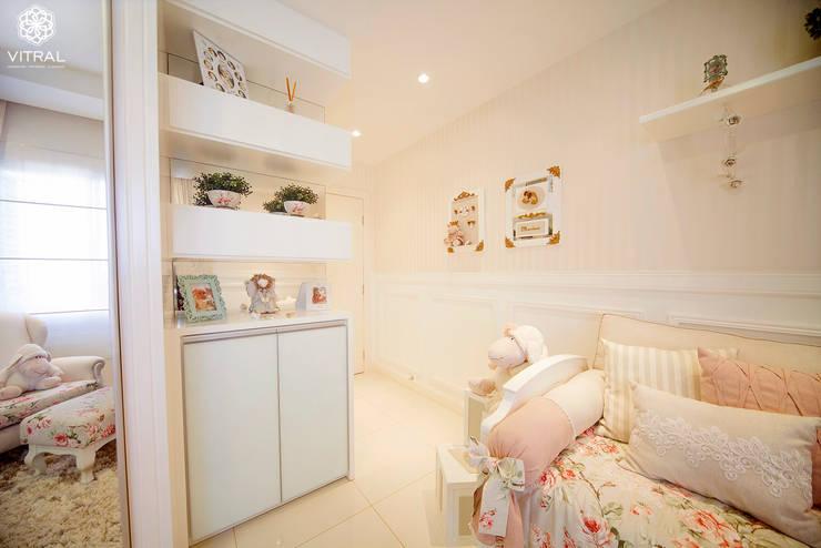 QUARTO PROVENÇAL BEBÊ – M.B.A – CIANORTE/PR: Quarto infantil  por VITRAL arquitetura . interiores . iluminação,Eclético
