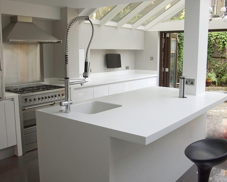 White gloss kitchen: modern Kitchen by Greengage Interiors
