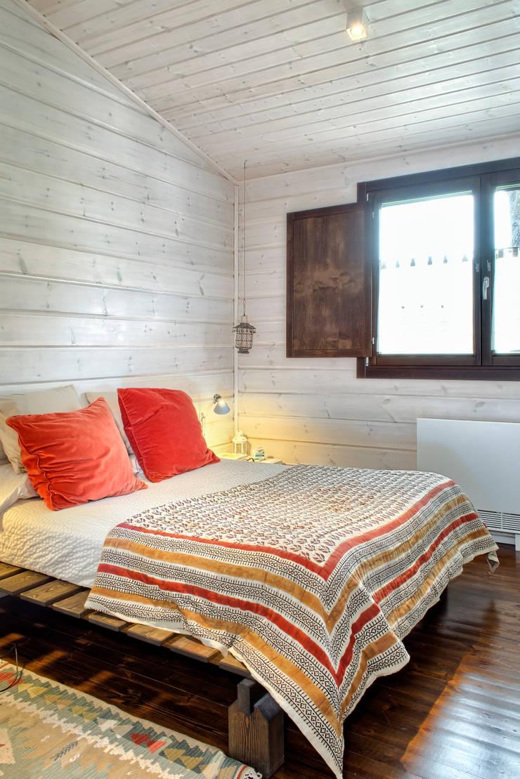 MONTSENY: Dormitorios de estilo  de HOUSE HABITAT