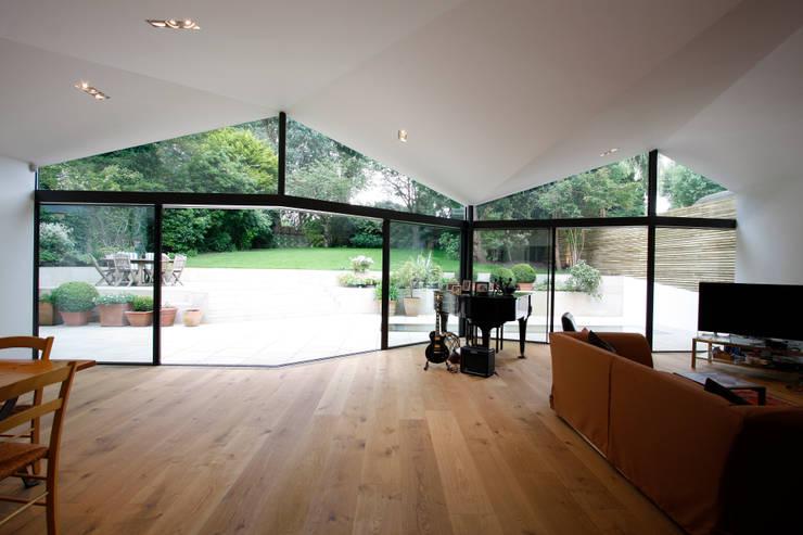 Sheldon Avenue:  Living room by IQ Glass UK