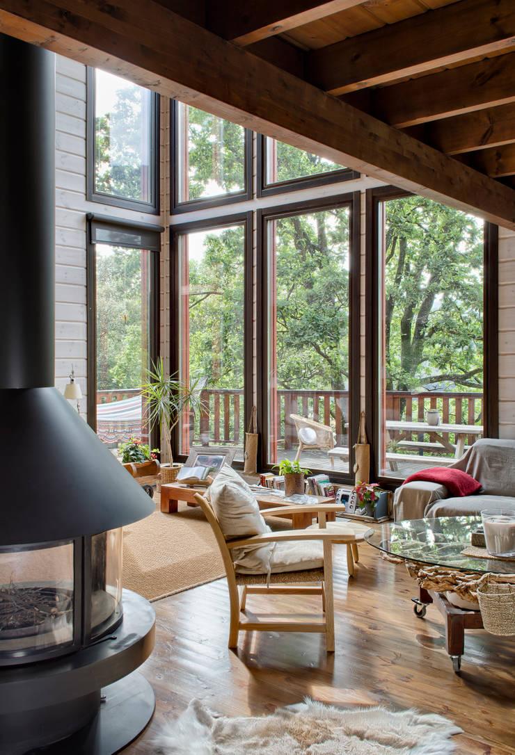 MONTSENY: Salones de estilo  de HOUSE HABITAT