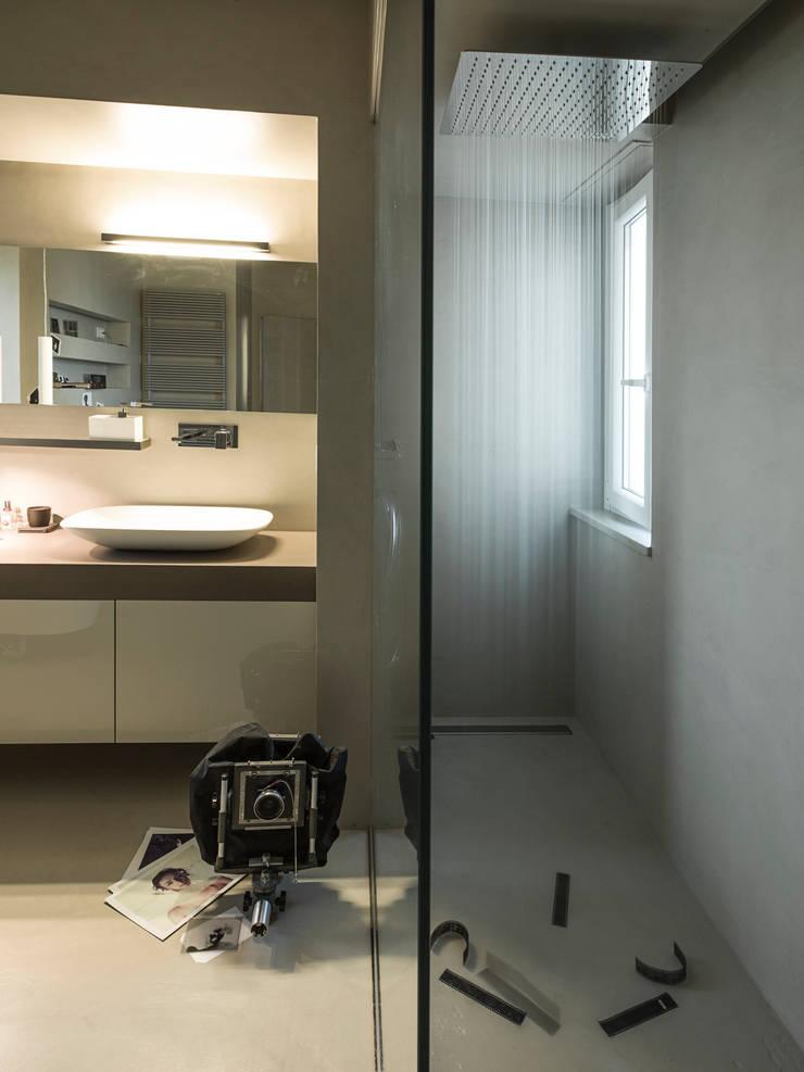 Badezimmer von desink.it, Modern