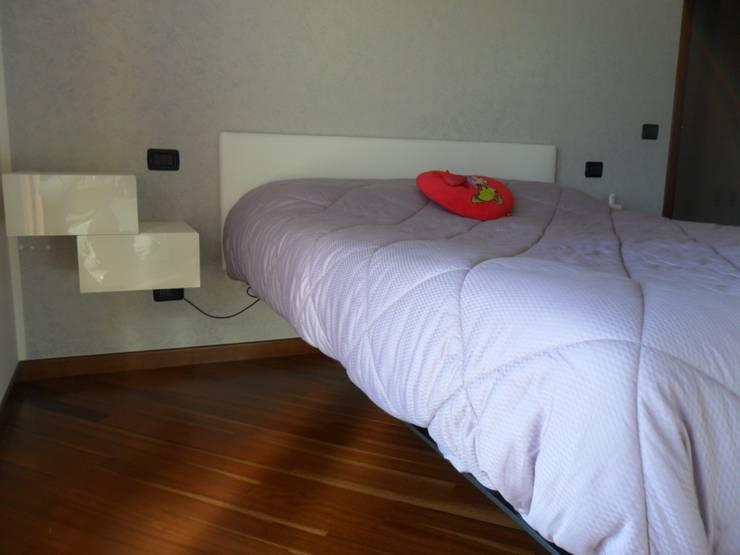 appartamento contemporaneo: Camera da letto in stile  di casa look,