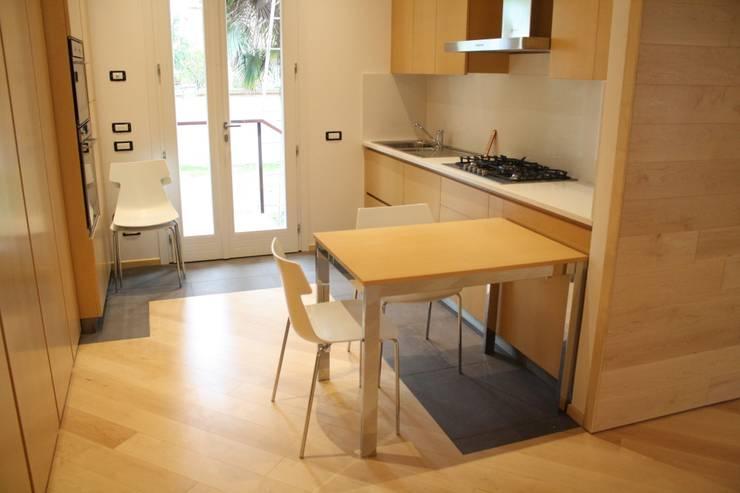 Casa Borio: Cucina in stile in stile Moderno di Studio Thesia Progetti