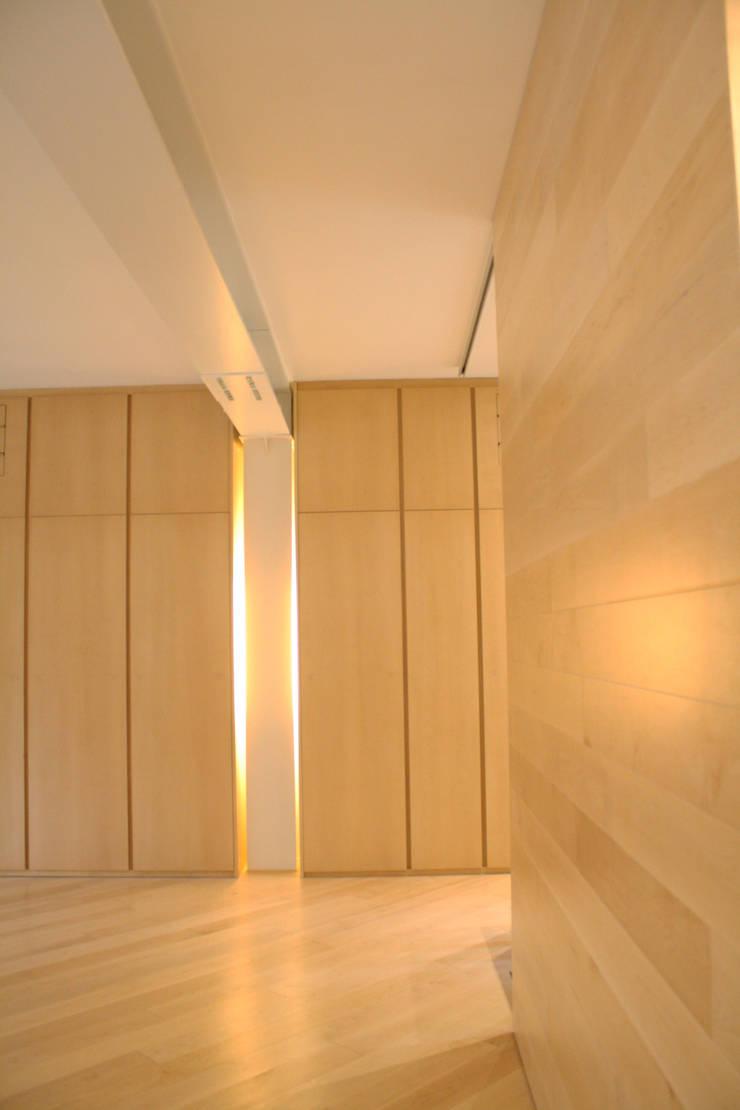 Casa Borio: Pareti in stile  di Studio Thesia Progetti