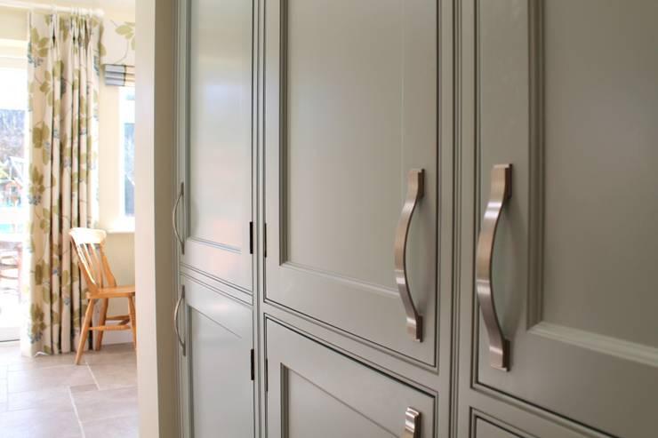Mizzle and Lime White Kitchen:  Kitchen by Krantz Designs