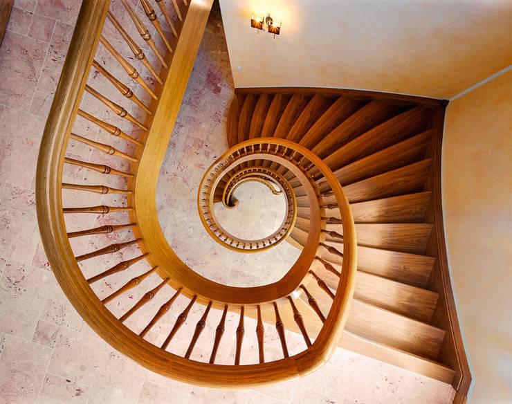 Edle Eichenholztreppe:   von Daniel Beutler Treppenbau,Klassisch