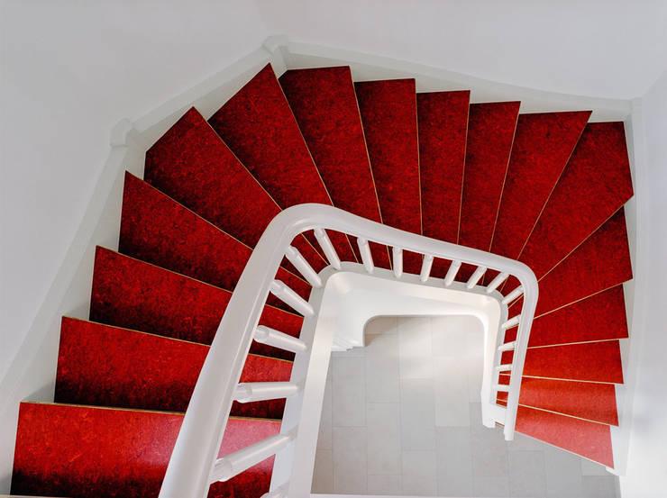 Weiße Treppe mit rotem Linoleum:  Flur, Diele & Treppenhaus von Daniel Beutler Treppenbau