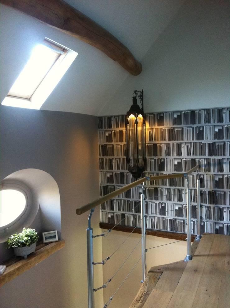 Montée Escalier, Palier: Couloir et hall d'entrée de style  par At Ome