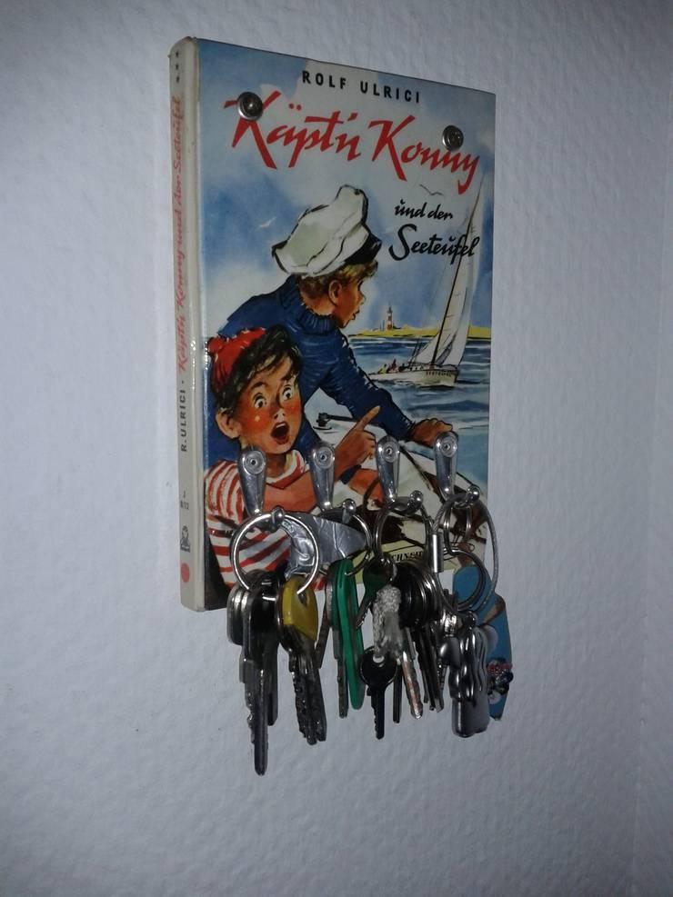 Schlüsselbretter aus Büchern:   von Upcycling Deluxe,Ausgefallen