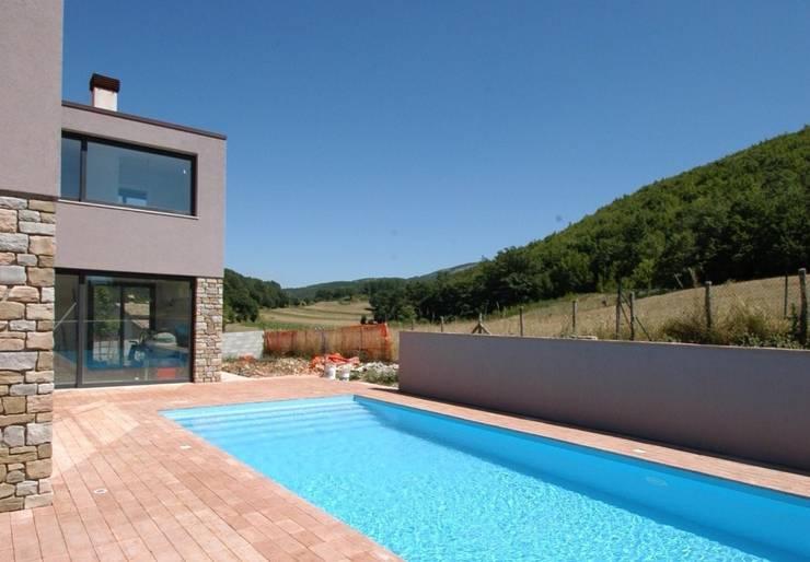 Villa unifamiliare con piscina a Foligno (PG): Case in stile  di Fabricamus - Architettura e Ingegneria