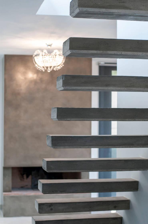 Villa unifamiliare con piscina a Foligno (PG): Scale in stile  di Fabricamus - Architettura e Ingegneria