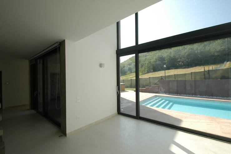 Villa unifamiliare con piscina a Foligno (PG): Soggiorno in stile  di Fabricamus - Architettura e Ingegneria