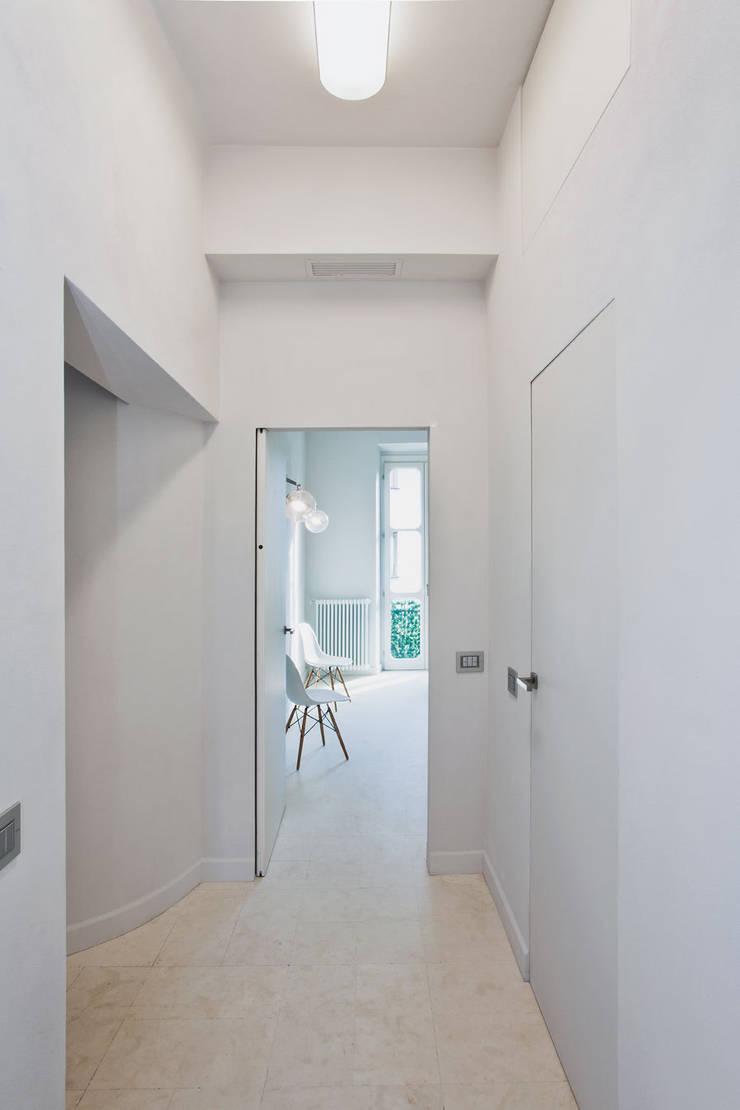 HOUSE FOR HOLIDAYS: Ingresso & Corridoio in stile  di PAOLO FRELLO & PARTNERS