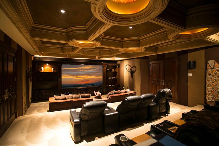 Salas multimedia de estilo clásico de Guillermo Cardenas