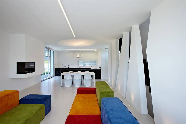 Cut House: Soggiorno in stile  di Bamboo Studio