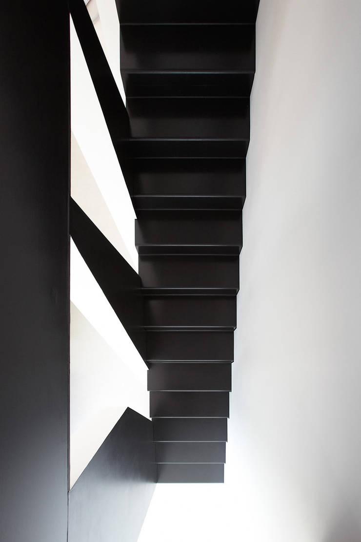 Cut House: Ingresso & Corridoio in stile  di Bamboo Studio