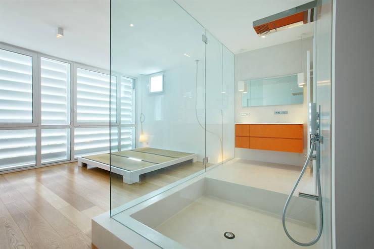 Cut House: Camera da letto in stile  di Bamboo Studio