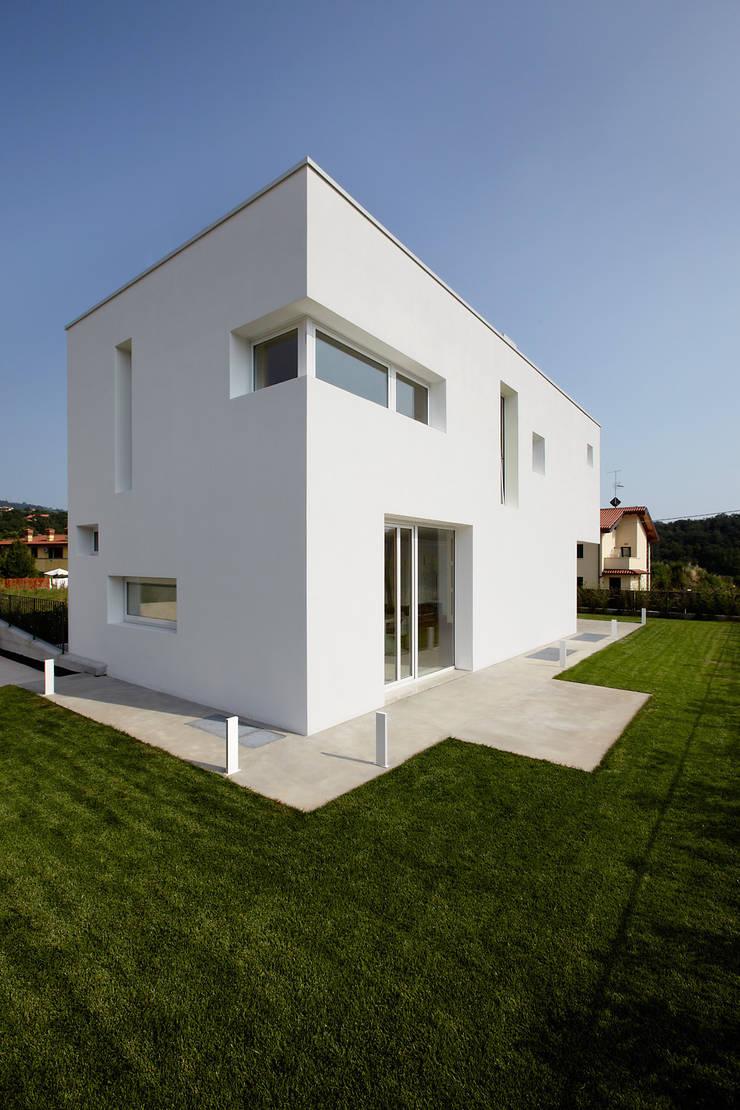 Cut House: Case in stile  di Bamboo Studio