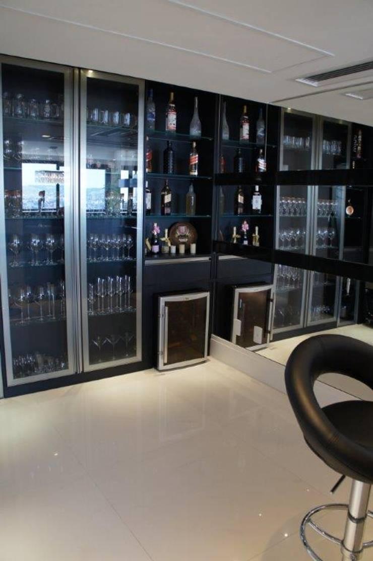 Área bebidas e adegas : Adega  por Triple Arquitetura