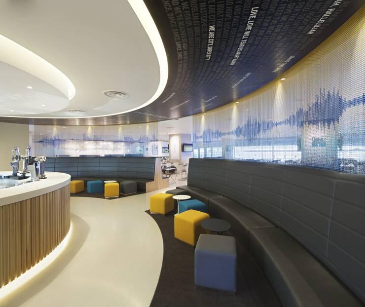 MANCHESTER CITY ETIHAD STADIUM: Oficinas y tiendas de estilo  de KriskaDECOR