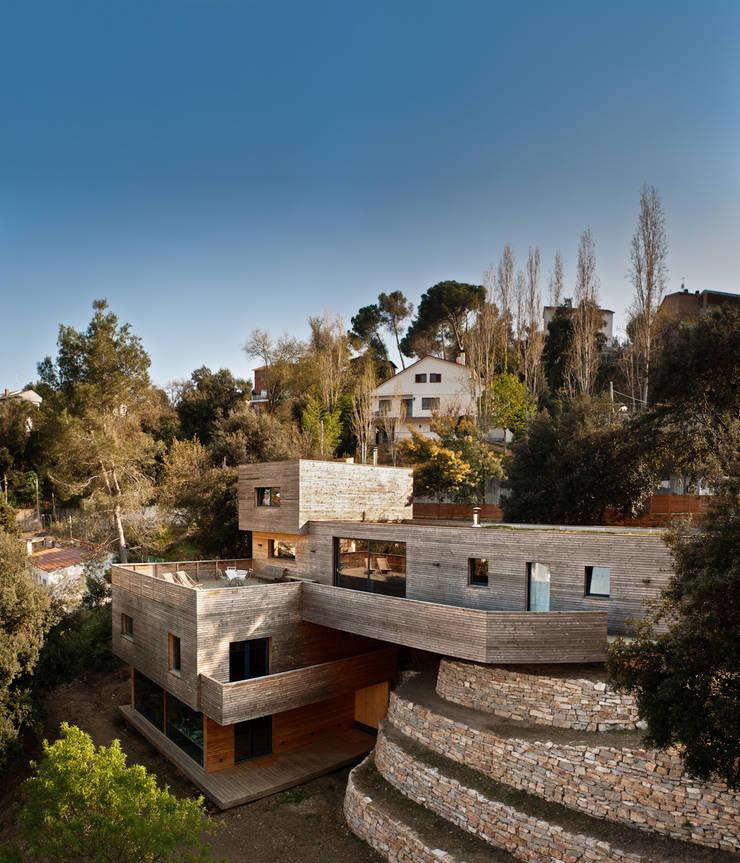 casa en Sant Cugat interiores con morteros de arcilla: Casas de estilo  de ecoclay