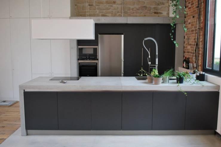 Cocinas de estilo moderno de Concrete LCDA