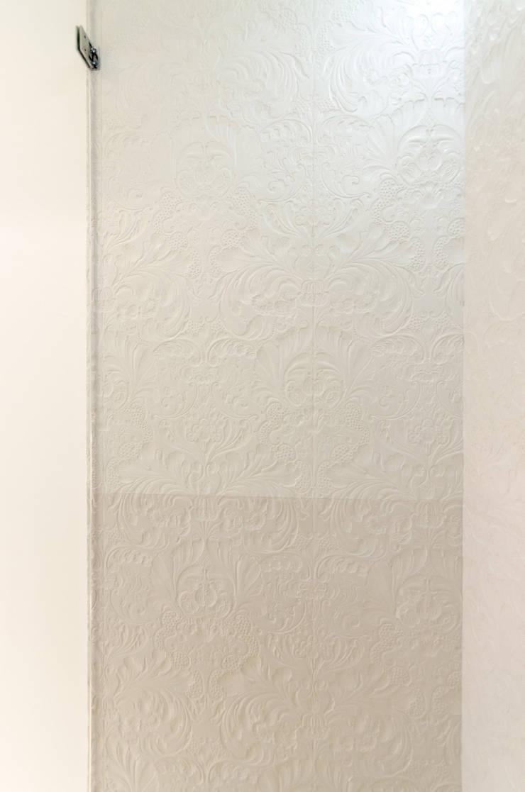 Douche en béton texturé: Salle de bains de style  par Concrete LCDA